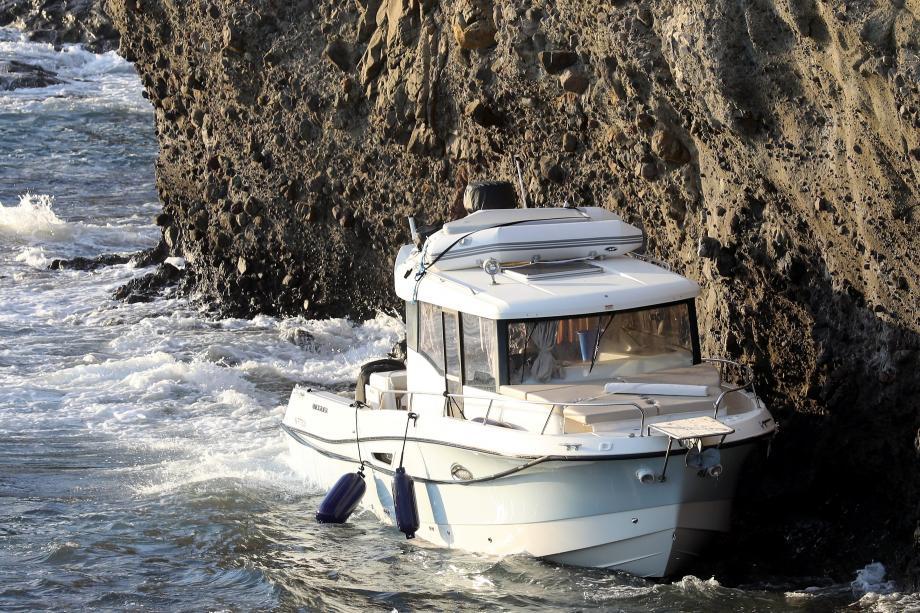 Un bateau s'est échoué près de la pointe du sentier des Douaniers à Cap-d'Ail.