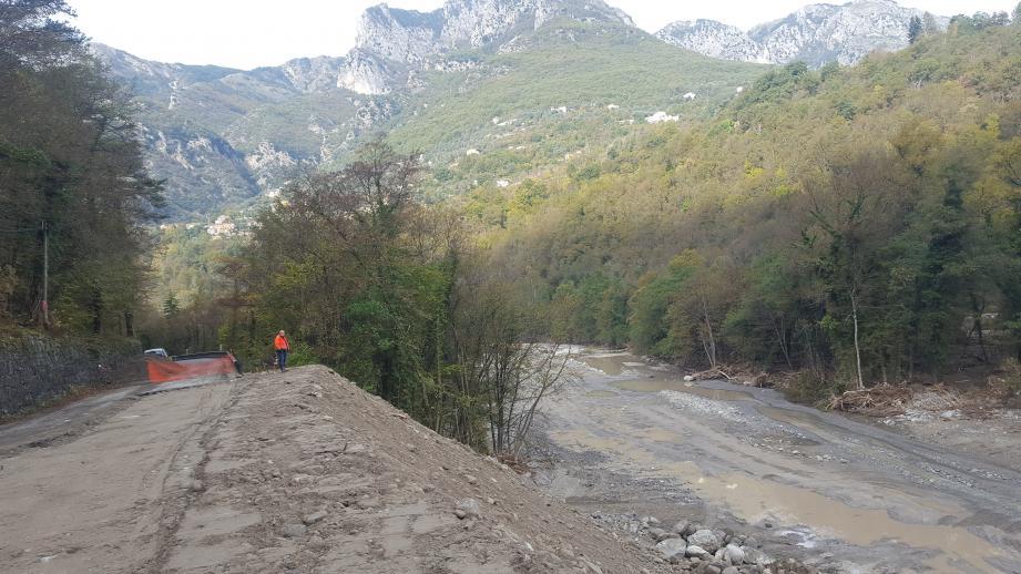 Derniers efforts ce mardi après-midi sur la route de la Vésubie, au lieu-dit le Suquet, à Lantosque, pour rétablir la connexion avec Saint-Jean-la-Rivière.