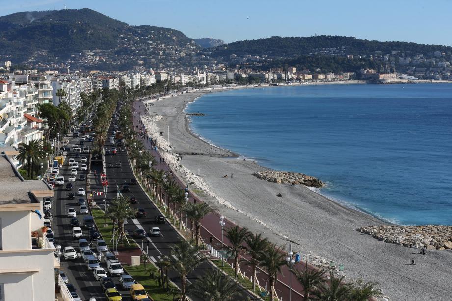La police multiplie les contrôles d'ampleur sur le bord de mer de Nice ces derniers jours...