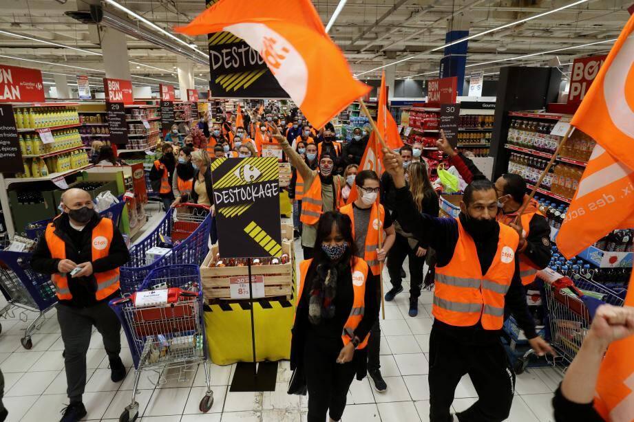 Manifestation CFDT ce matin à Carrefour TNL contre une modification des conditions de travail des employés.