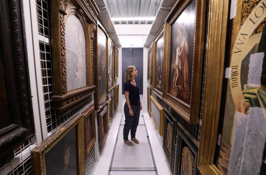 Les œuvres d'art sont transférées vers les nouvelles réserves externalisées, situées juste à côté du musée.