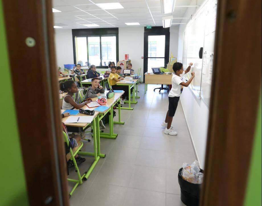 Elèves et enseignants n'en finissent plus d'essuyer les plâtres dans la nouvelle école Via Aurélia du Pôle enfance.