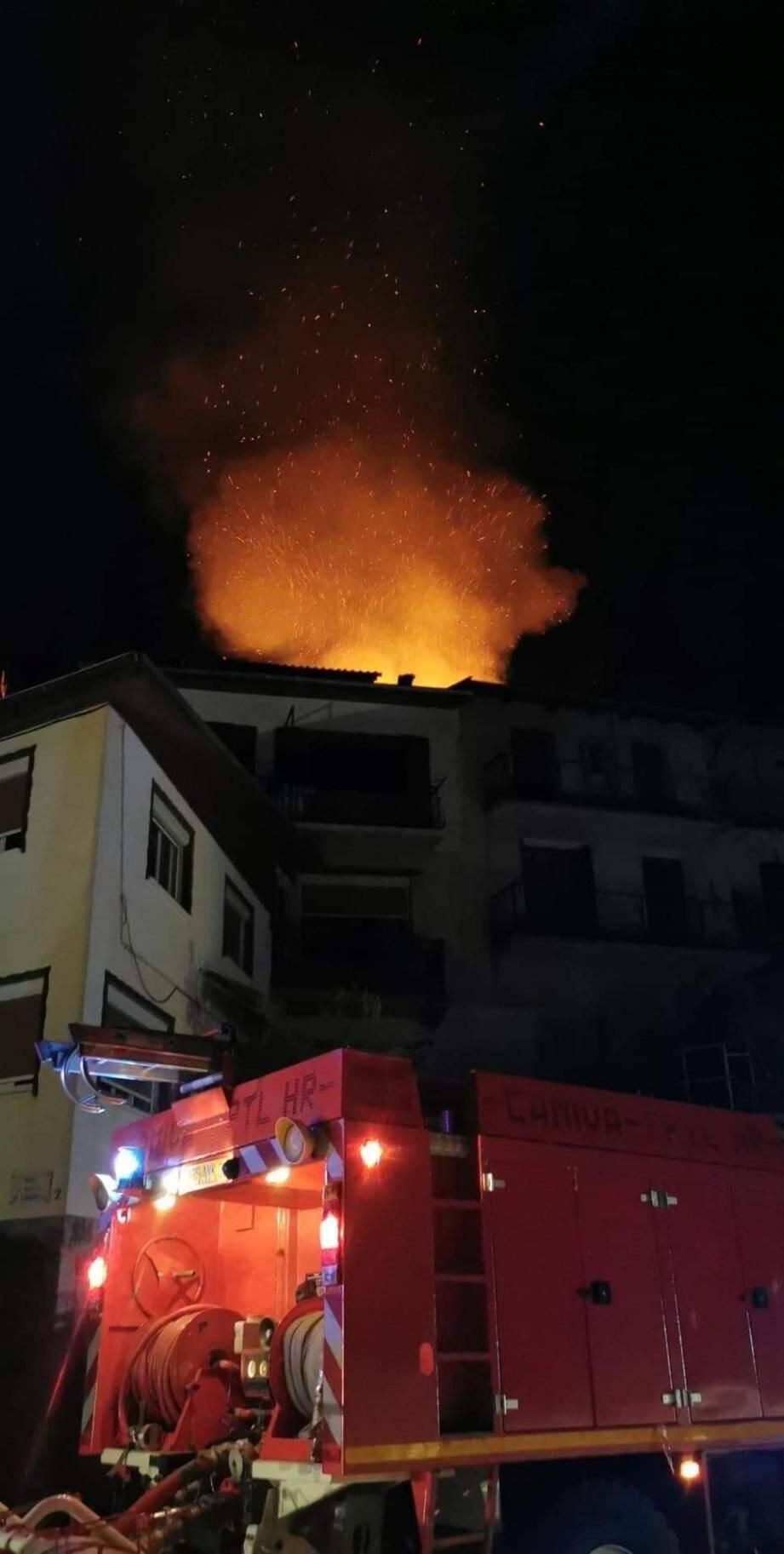 Un feu d'appartement s'est déclaré dans la nuit de lundi à mardi, dans un appartement de la rue Reine-Jeanne, à Saint-Martin-Vésubie.