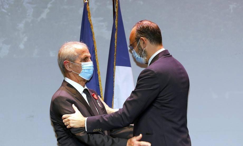 """Edouard Philippe est """"descendu à Toulon"""" pour remettre la distiction à Hubert Falco."""