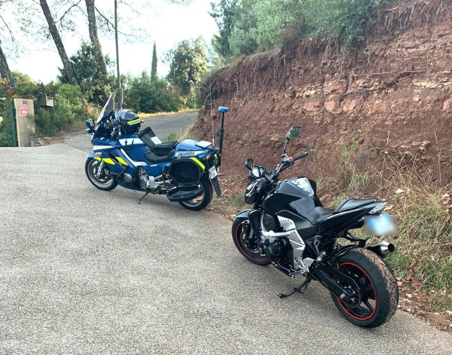 Le motard encourt une peine de prison, une forte amende, la suspension de son permis, voire la confiscation de sa moto.