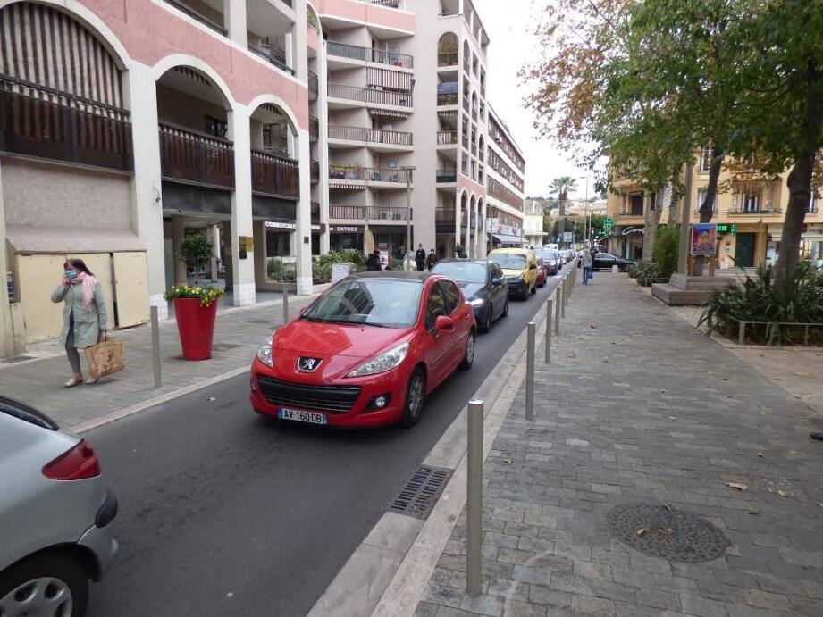 Beaucoup de monde dans les rues, à pied comme en voiture, samedi à Cagnes-sur-Mer.