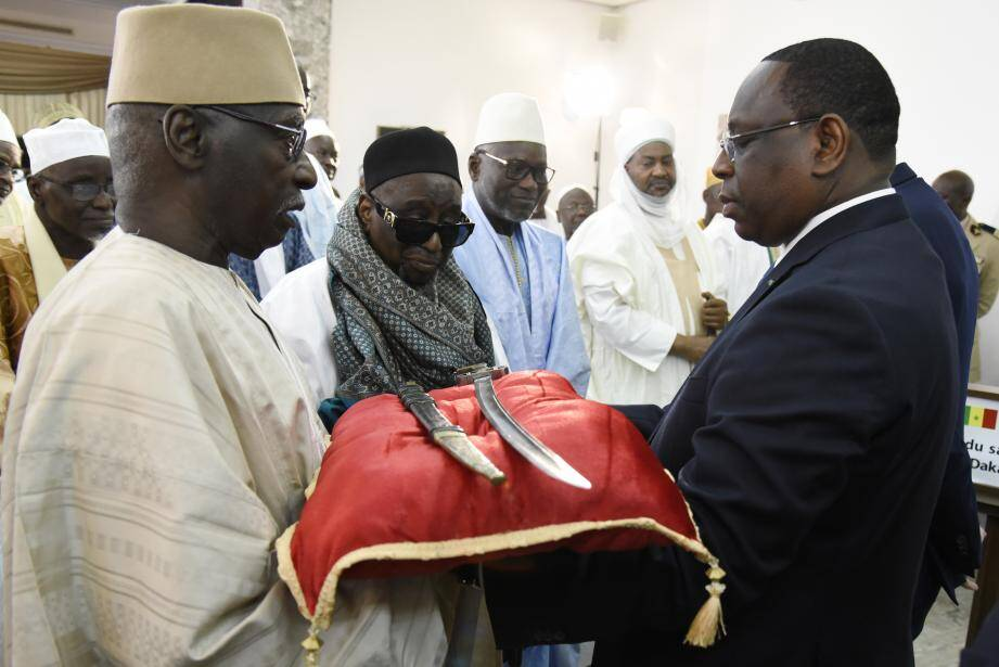 Le président du Sénégal Macky Sall (à droite), reçoit le sabre de El Hadj Omar Tall en novembre 2019.