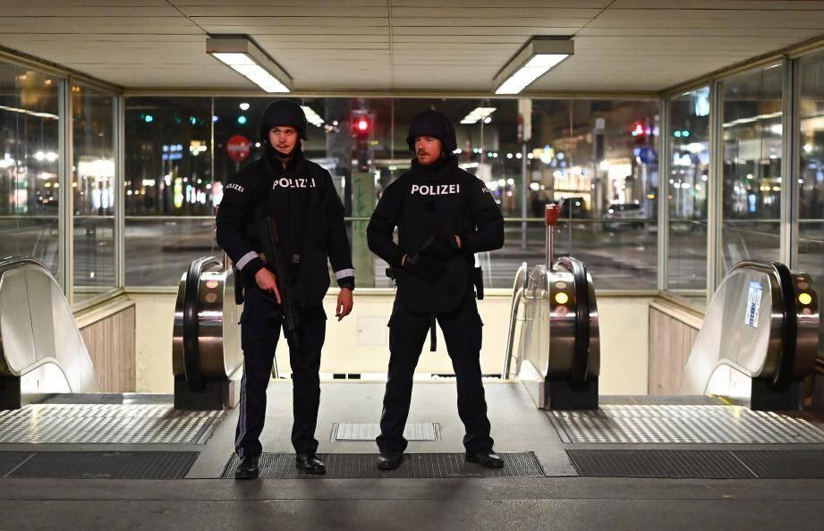 """Une chasse à l'homme a été lancée dans la nuit de lundi à mardi à Vienne après l'attentat qui a fait au trois morts et semé la terreur dans la capitale autrichienne, une """"attaque terroriste"""" selon le chancelier Sebastian Kurz."""