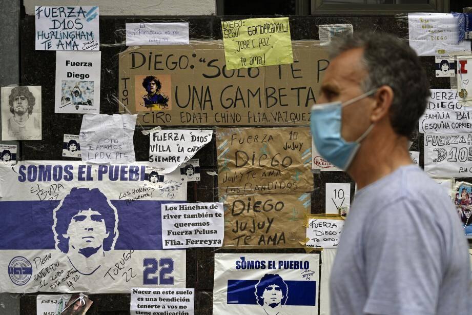 Les fans de l'ancien joueur ont affiché leur soutien sur les murs de la clinique où il a été opéré.