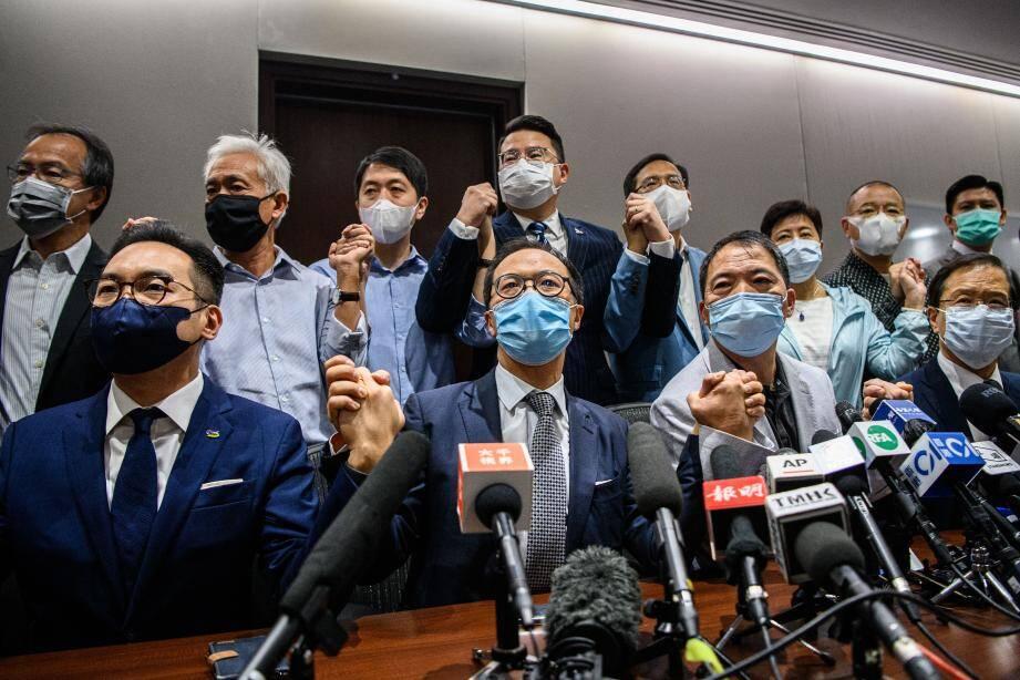 """""""Nous, (membres) du camp pro-démocratie, nous tiendrons aux côtés de nos collègues qui sont exclus. Nous démissionnerons en masse"""", a déclaré Wu Chi-wai, à la tête des quinze législateurs pro-démocratie."""