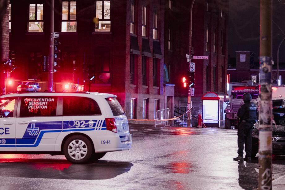 La police de Montreal s'est déployée dans le quartier de Mile End, au coin des rues Saint-Laurent et Saint-Viateur.