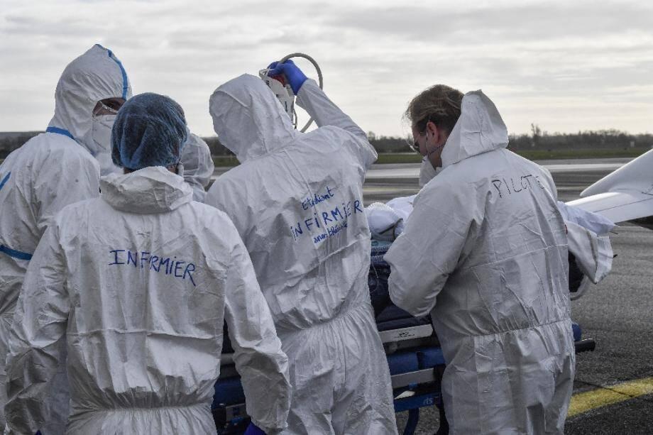 Covid-19 : les courbes des hospitalisations se stabilisent en France