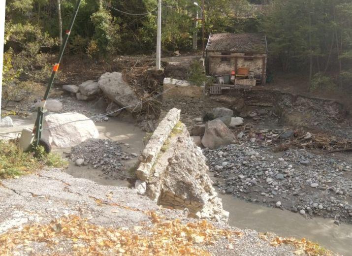 Une bonne partie du pont a été emporté par les flots enragés de La Roya.