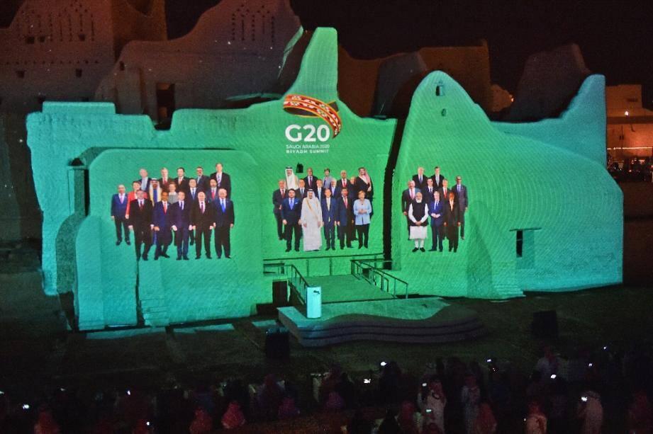 Photo montage des dirigeants du G20 est projetée sur un site historique en banlieue de la capitale saoudienne Ryad, le 20 novembre 2020