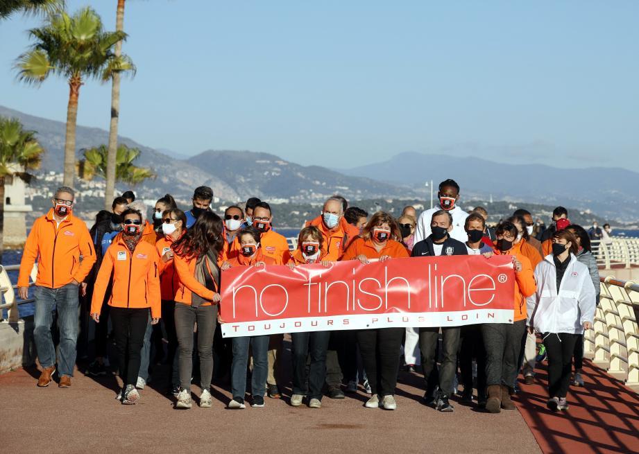 Au terme de huit jours de course virtuelle, une arrivée symbolique s'est déroulée sur la digue de Fontvieille, en présence d'institutionnels et du parrain Wilfried Yeguete (Roca Team).