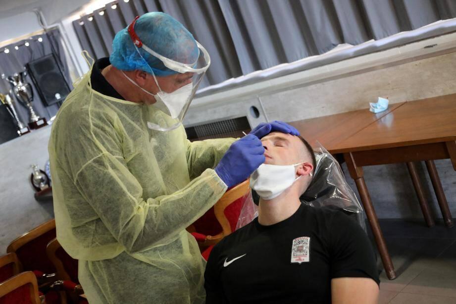 Ce jeudi, une poignée de carabiniers du prince ont subi un prélèvement nasopharyngé et ont obtenu rapidement le résultat grâce à la méthode du test antigénique.