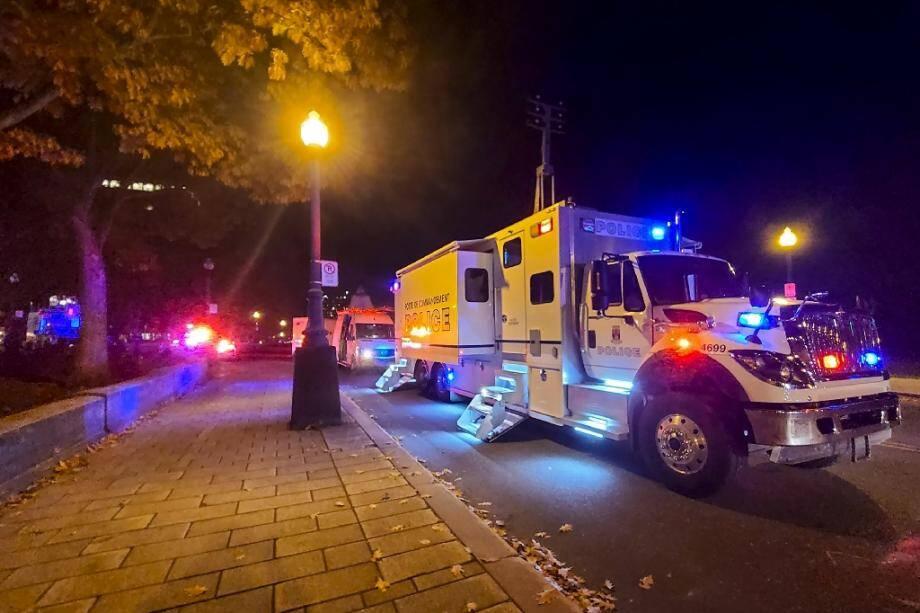 Un camion de police devant le bâtiment de l'Assemblée nationale après une attaque à l'arme blanche, le 1er novembre 2020 à Québec