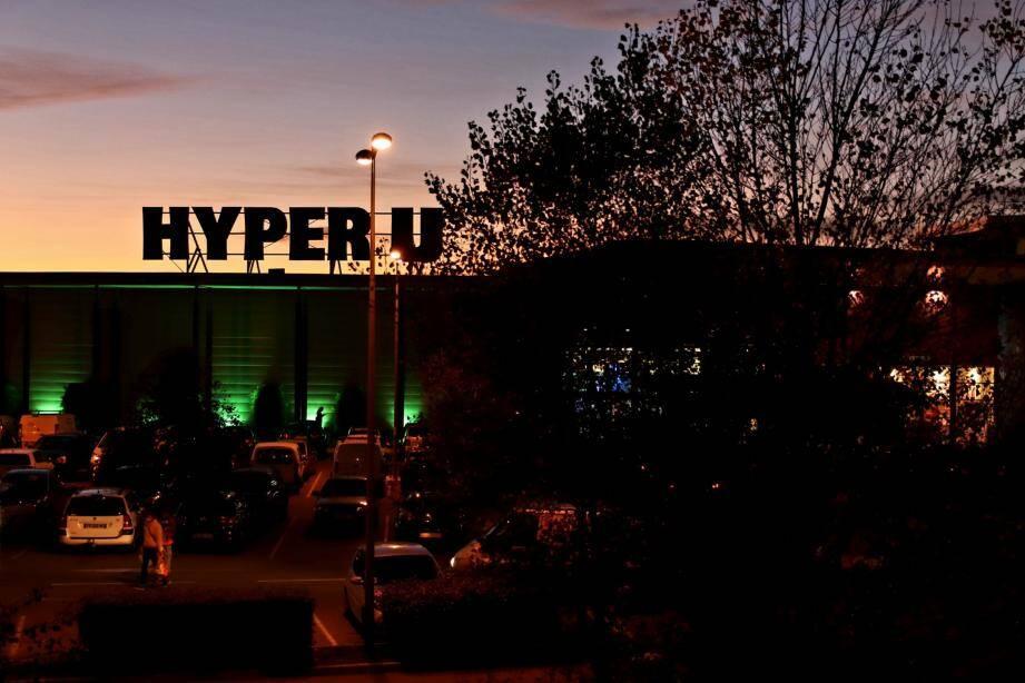 L'accident s'est produit vers 15h50 sur le parking de l'Hyper U des Arcs-sur-Argens, au niveau de la station essence.