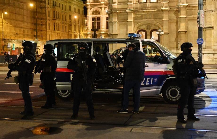Des policiers en position près de l'Opéra, dans le centre de Vienne, après des fusillades, le 2 novembre 2020 en Autriche