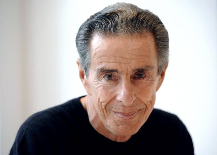 Le journaliste et patron de presse Jean-Louis Servan-Schreiber pose le 22 novembre 2010 à Paris