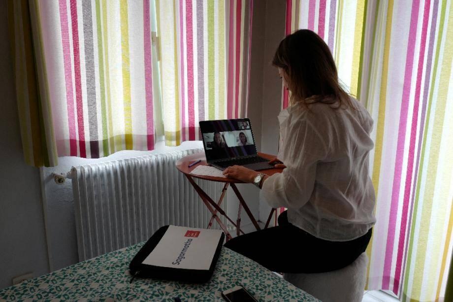 Une femme télétravaille depuis son logement à Nice en mai 2020