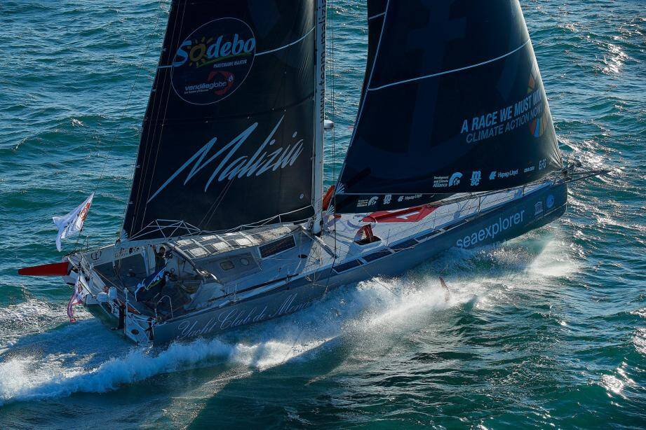 Malizia, l'Imoca 60 du Yacht-club de Monaco, a été soudainement freiné par manque de vent.