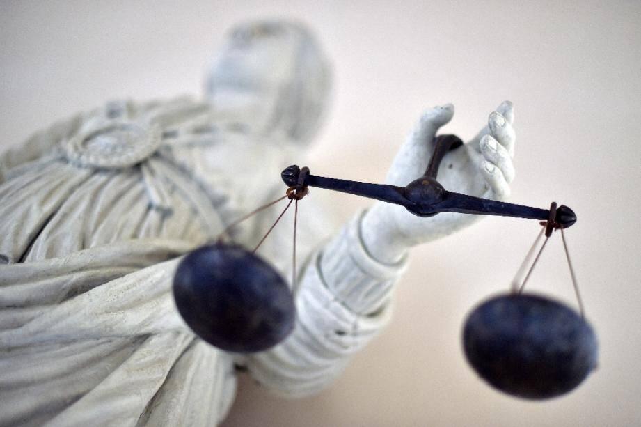 Une femme de 42 ans a été condamnée à dix ans de prison à Rouen pour homicide volontaire, après avoir mortellement tiré sur son conjoint violent