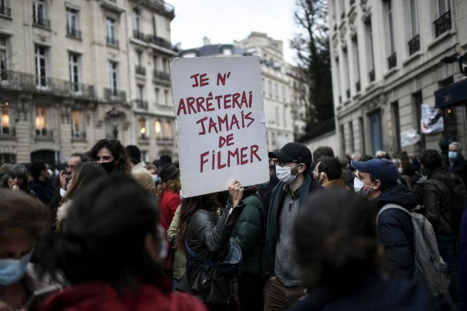 """Des manifestants contre la proposition de loi """"sécurité gloable"""" à Paris près de l'Assemblée nationale le 17 novembre 2020"""