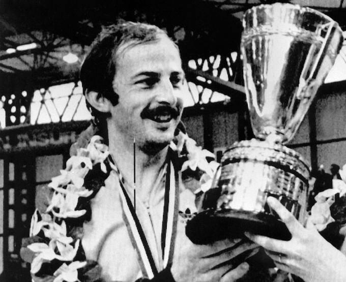 Le pongiste français Jacques Secrétin pose avec son trophée de champion du monde en double mixte (avec Claude Bergeret), le 5 avril 1977 à Birmingham (Angleterre)