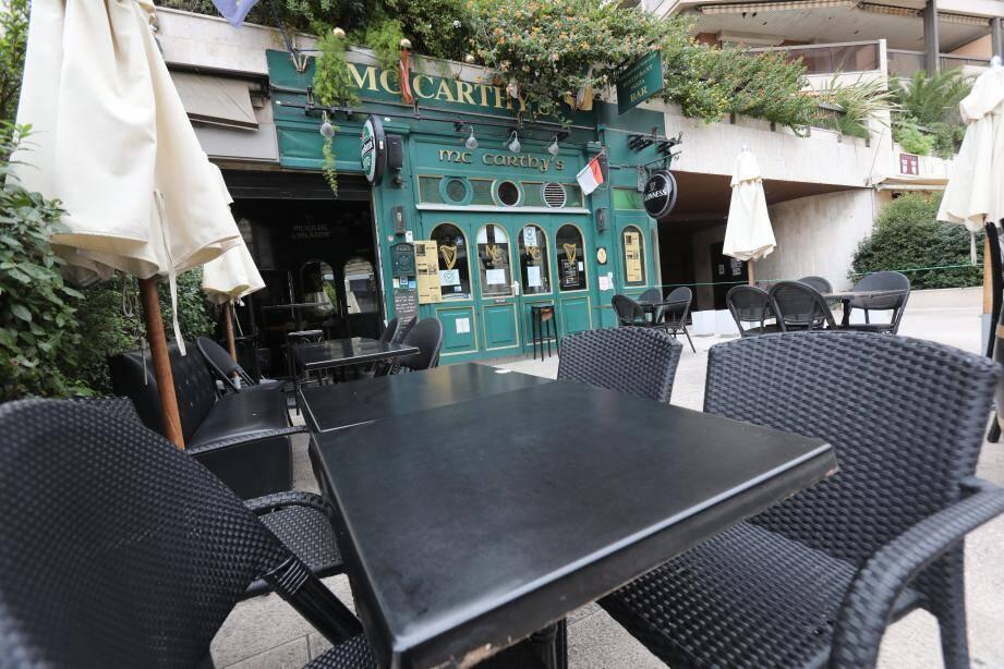 """""""On sait que ce soir [lire hier soir] on doit fermer à 23h30 mais on ignore si c'est la dernière. On attend de savoir si on est considéré comme un bar ou un restaurant"""", confie Emilie Huquet du McCarthy's."""