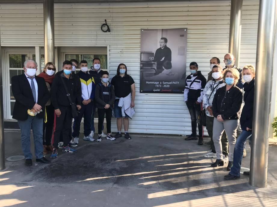 Le portrait du professeur assassiné Samuel Paty a installé mardi sur la façade du bâtiment administratif en face du portail de l'entrée des élèves.