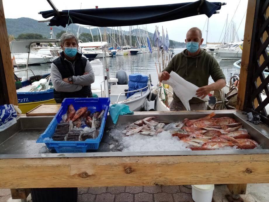 Robert Biasizzo, le prud'homme des pêcheurs (à gauche), en compagnie d'un autre commerçant, devant son étal bien fourni.