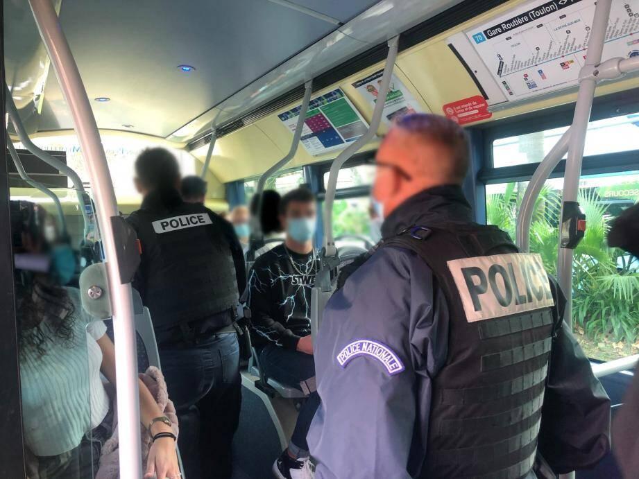 Dans le cadre de leurs fonctions, les policiers nationaux contrôlent également le port du masque à Six-Fours, seule commune de la circonscription où il est obligatoire dans l'ensemble de ses rues.