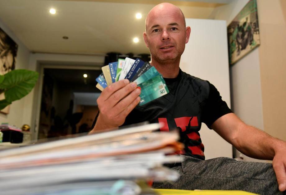 Après le décès de son épouse, Michaël a trouvé tous les dossiers de crédits contractés en son nom mais sans son accord, ainsi que de nombreuses cartes de crédit dont il ignorait l'existence.