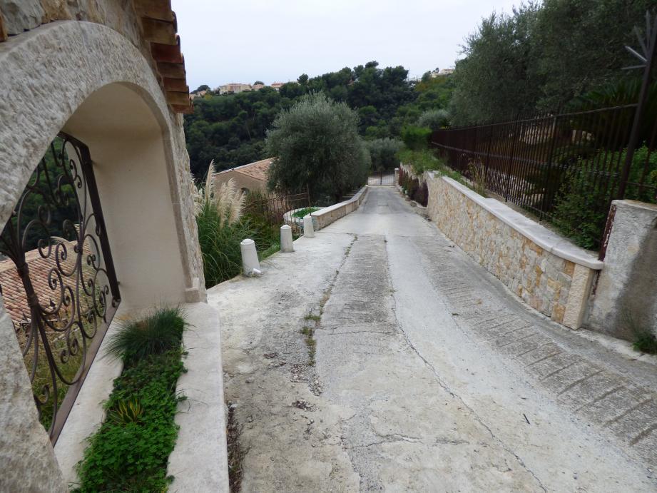 Le chemin d'accès privé doit être élargi par la suppression des jardinières et du muret.