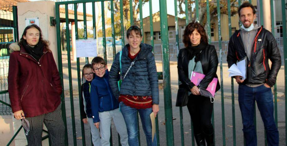 Symboliquement, les parents d'élèves de Vinon ont enlevé le masque pour la photo.