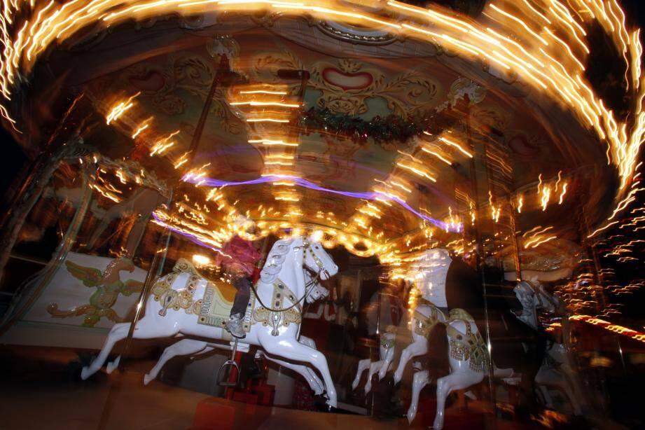 Le carrousel est un des très rares manèges qui résistent à la Covid, sur l'esplanade du port Hercule, du 4 décembre au 3 janvier.