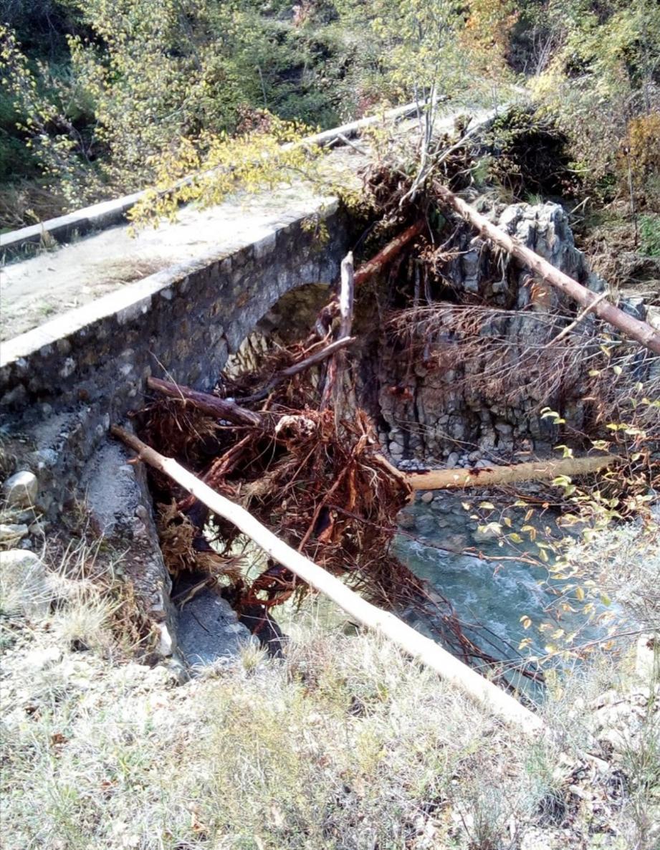 Un pont fragilisé, consolidé avec des étais de fortune.