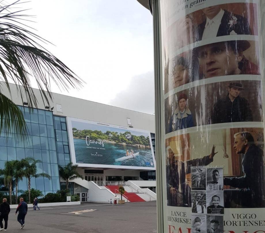 Les extras ont affiché leur visage, ce lundi, sur les panneaux et les vitrines de nombreuses villes à travers la France. Ils étaient à Cannes mais aussi à Grasse pour montrer que leur combat n'est toujours pas fini.