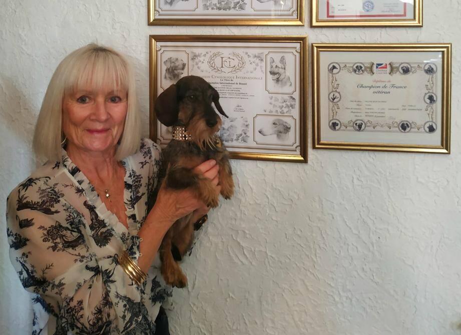 Aujourd'hui retirée du monde des concours de beauté canins, Héloïse Bach Du Graal fait le bonheur et la fierté de Monika, sa propriétaire.