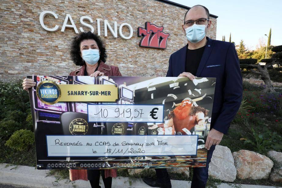 Le directeur du casino Gérald Russo a remis un chèque de près de 11.000 euros à la représentante du CCAS de Sanary, Muriel Canolle. Une somme qui permettra d'aider les personnes en situation de précarité.