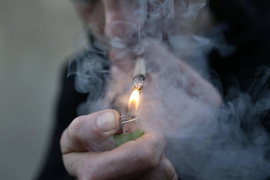 Le Mentonnais qui tourne entre trois et cinq joints par jour, assure qu'il compte arrêter de fumer du cannabis
