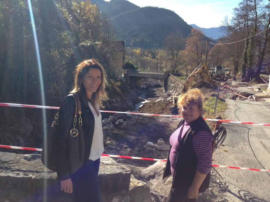 La maire de Valdeblore, Carole Cervel (à gauche) et Marie Velozo, habitante de La Bolline, où le vallon Gros est passé de cinq mètres de largeur à une trentaine, à certains endroits.