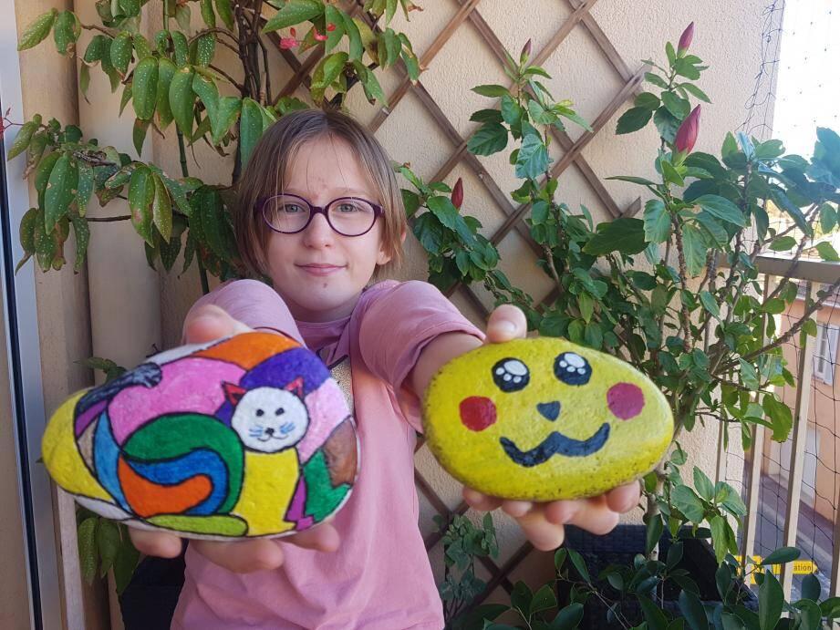 Sarah, la fille de Stéphanie Claudel, toujours à l'affût des cailloux.