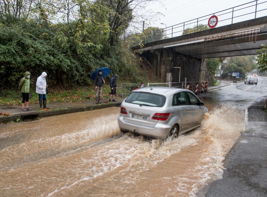 Une fois encore, la RD98 était submergée, ce 8 novembre, sous le regard du maire Thierry Bongiorno.
