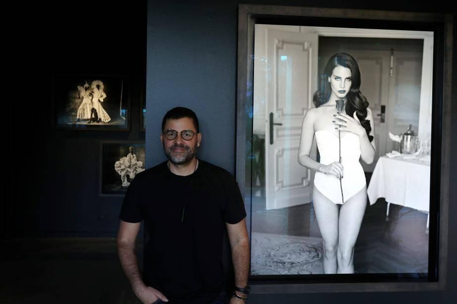Mariano Vivanco au milieu de l'exposition, sous l'œil d'un cliché de la chanteuse Lana del Rey qu'il a réalisé il y a quelques années à l'Hôtel de Paris.