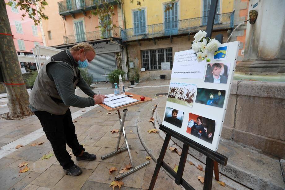 Les hommages se multiplient sur le livre d'or installé place Général-de-Gaulle à Solliès-Pont.