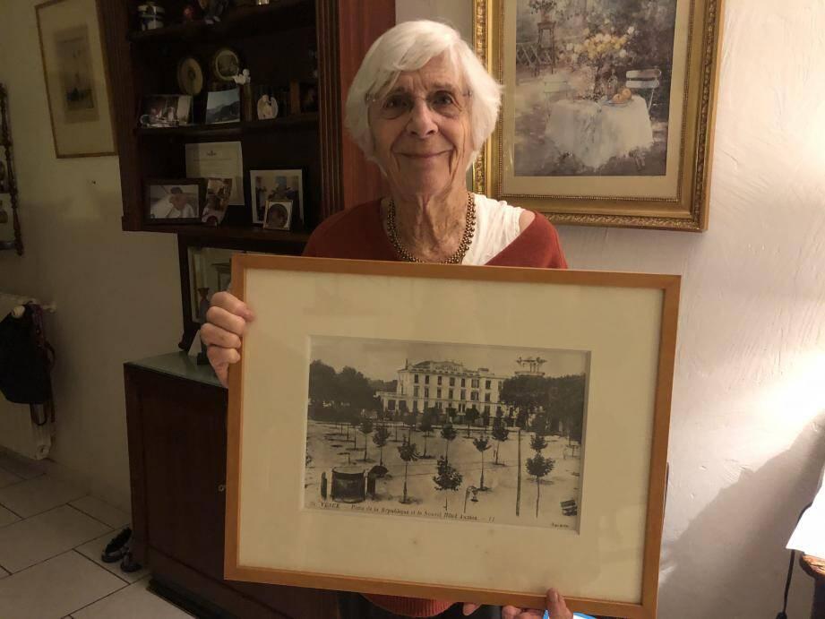 Entre les photos de familles et les différents tableaux, Nicole Montagné a accroché la photo du nouvel hôtel Falcoz.