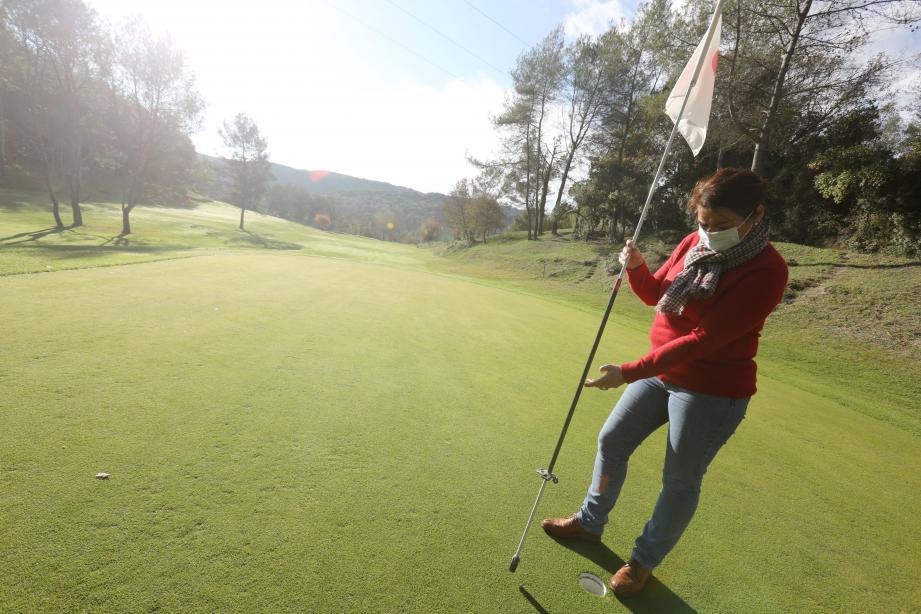 Un système de tube avec accroche a été mis en place sur le mat du drapeau. De cette façon, les golfeurs peuvent récupérer leur balle sans risquer une contamination.