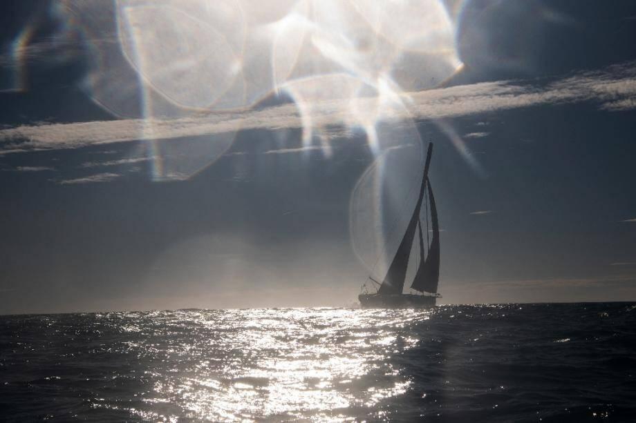 Le Gallois Alex Thomson à bord de son voilier Hugo Boss au large des Sables-d'Olonne, le 8 novembre 2020